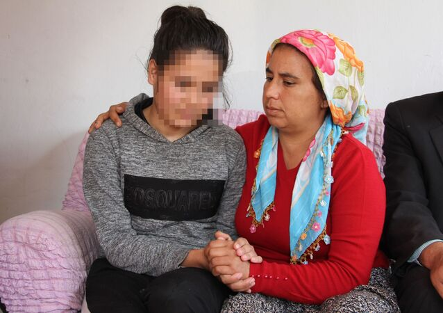 Mersin'de 15 yaşındaki lise öğrencisi, bir şahıs tarafından kaçırıldığını ve 3 gün boyunca cinsel istismara uğradığını iddia etti. Özgecan Aslan'ın yaşadıkları anlatılarak korkutulduğunu, ailesiyle tehdit edildiğini öne sürülen kız çocuğu, serbest bırakılan şahsın cezalandırılmasını istedi.
