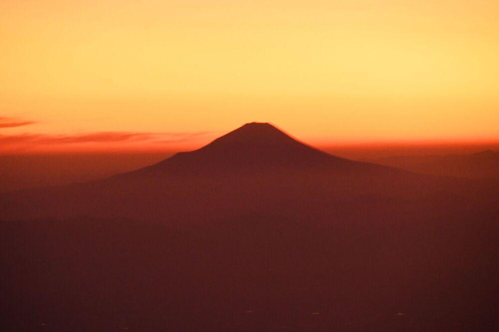 UNESCO'nun dünya mirası listesinde yer alan Japonya'nın en yüksek dağı Fuji Dağı