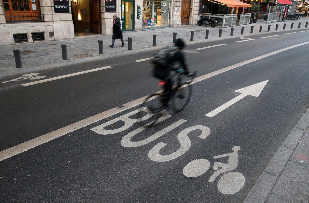 Tren istasyonu gibi karayolu çalışanlarının da greve gitmesiyle Lille caddesi boyunca otobüs görmek imkansız. Boş yolda sadece bir bisiklet sürücüsü bulunuyor.