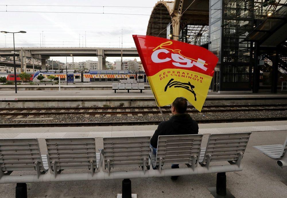 Fransız SNCF demiryolu çalışanlarından biri Nice istasyonununda CGT işçi sendikası bayrağıyla oturuyor. Genel grev CGT gibi pek çok işçi sendikalarının Macron'un reformuna karşı örgütlenmesi sonucu ortaya çıktı.