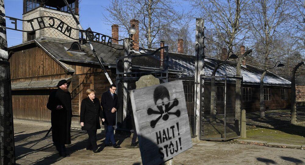 Almanya Başbakanı Angela Merkel Polonya'daki Auschwitz-Birkenau Nazi toplama ve imha kampını ilk kez ziyaret ederek kampta ölen bir milyon 100 bin kişi için saygı duruşunda bulundu.