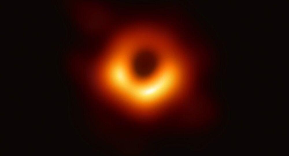 Event Horizon Uzay Teleskobu  vasıtasıyla  elde edilen M87 galaksisinin ortasındaki kara deliğin görüntüsü.
