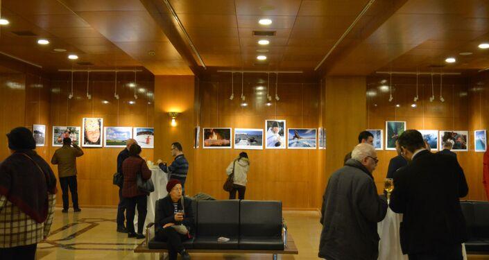 Rusya Federasyonu İstanbul Başkonsolosluğu ve İstanbul Büyükşehir Belediyesi'nin işbirliğiyle Sibirya'dan Sevgilerle fotoğraf sergisi, Cemal Reşit Rey (CRR) Konser Salonu'nda açıldı.