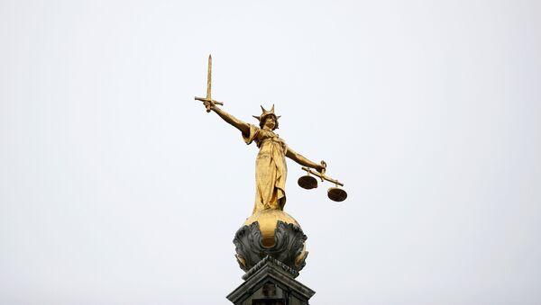 Londra'da bulunan ve 'Old Bailey' denilen İngiltere ve Galler Merkez Ceza Mahkemesi'nin önündeki adalet heykeli - Sputnik Türkiye