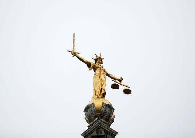 Londra'da bulunan ve 'Old Bailey' denilen İngiltere ve Galler Merkez Ceza Mahkemesi'nin önündeki adalet heykeli