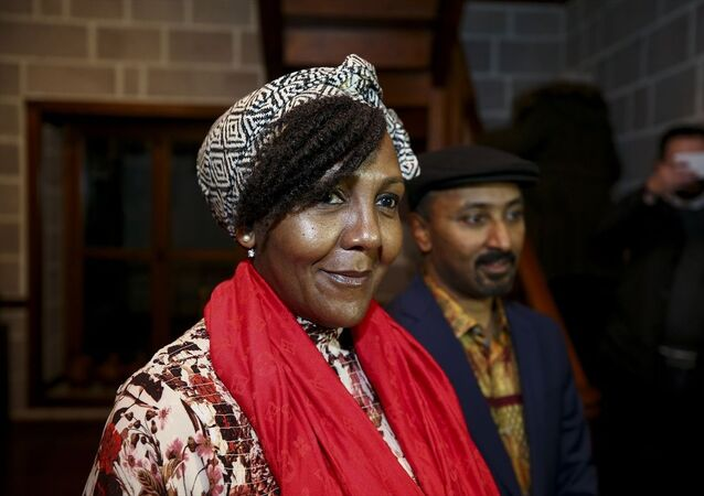 """Güney Afrika'nın ilk demokratik seçilmiş devlet başkanı Nelson Mandela'nın torunu Ndileka Mandela, Yunus Emre Enstitüsü'nün (YEE) katkılarıyla Hamamönü Afrika Evi'nde """"Mandela'nın Mirası"""" başlığıyla seminer verdi."""