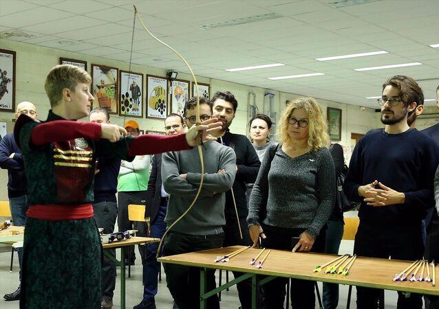 Yunus Emre Enstitüsü'nün (YEE) Okçular Vakfı ile birlikte yürüttüğü Kemankeş Projesi kapsamında geleneksel Türk okçuluğu Brüksel'de tanıtıldı.