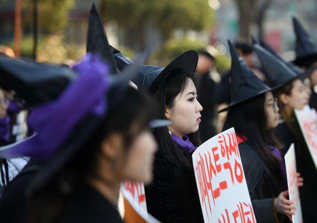 Güney Kore'de Kadınlar Günü yürüyüşü için cadı kıyafeti giymiş kadınlar