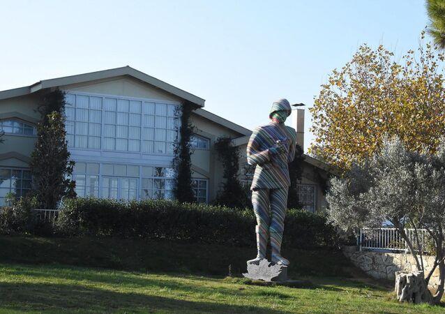 Urla'da iş insanı ve sanatçı Turgut Kahraman, kendi evi olan Zeytinli Köşk'ün bahçesinde 5 metre eninde, 6 metre uzunluğunda, üzerinde mavi, kırmızı, sarı, mor gibi birçok rengin bulunduğu Mustafa Kemal Atatürk heykelini inşa etti.