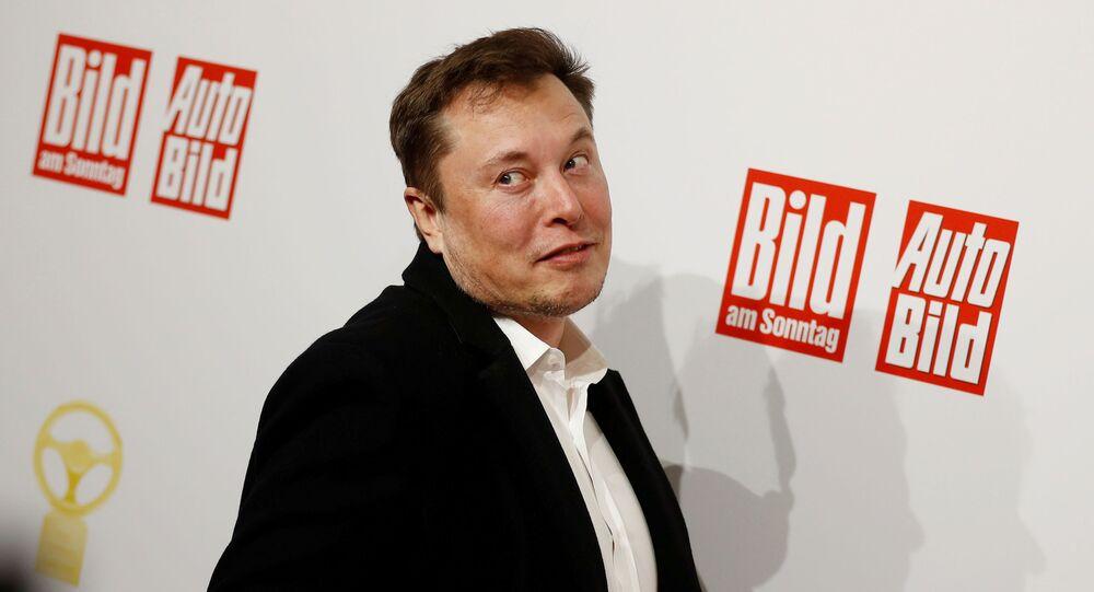 Tesla CEO'su Elon Musk, Almanya'daki 'Altın Direksiyon' ödül töreninin kırmızı halı töreninde