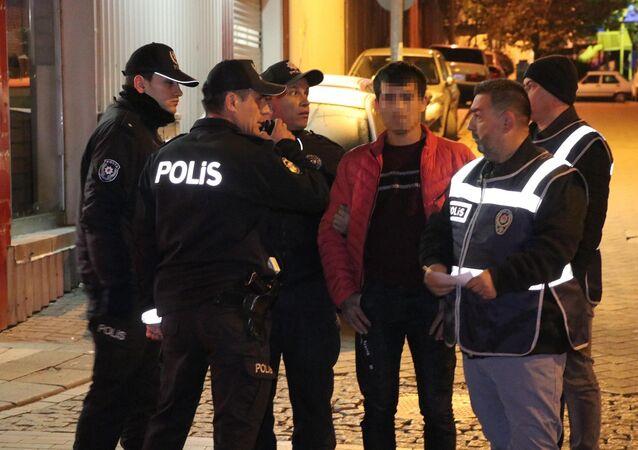 Denizli'de 5 farklı noktada polis ekiplerince yapılan denetimde, 2'si kadın 65 yabancı uyruklu gözaltına alındı.