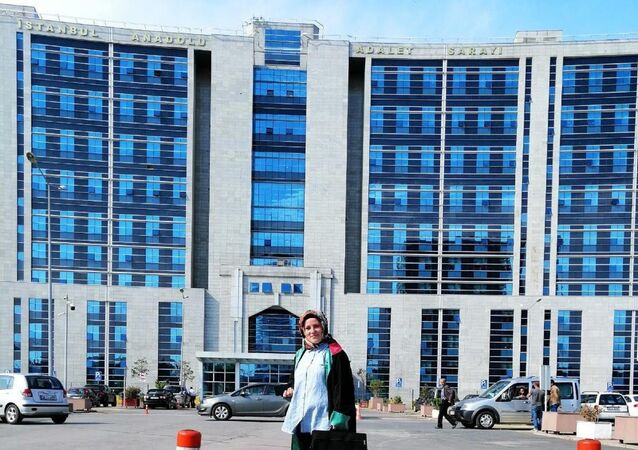 """Kartal'daki Anadolu Adliyesi'ne avukat gibi girip, cübbeyle dolaşan ve 'bu dava benim için çerez' dediği kadını 100 bin lira dolandıran 'sahte kadın avukat' hakkında """"nitelikli dolandırıcılık"""" suçundan 10 yıla kadar hapis istemiyle dava açıldı."""
