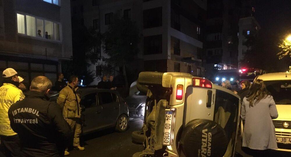 Kadıköy'de eşinin park etmesini beğenmeyen adam, direksiyon başına geçti. Gaz pedalı ile freni karıştıran adam hızla park halindeki araçlara çarpıp cipi devirdi.