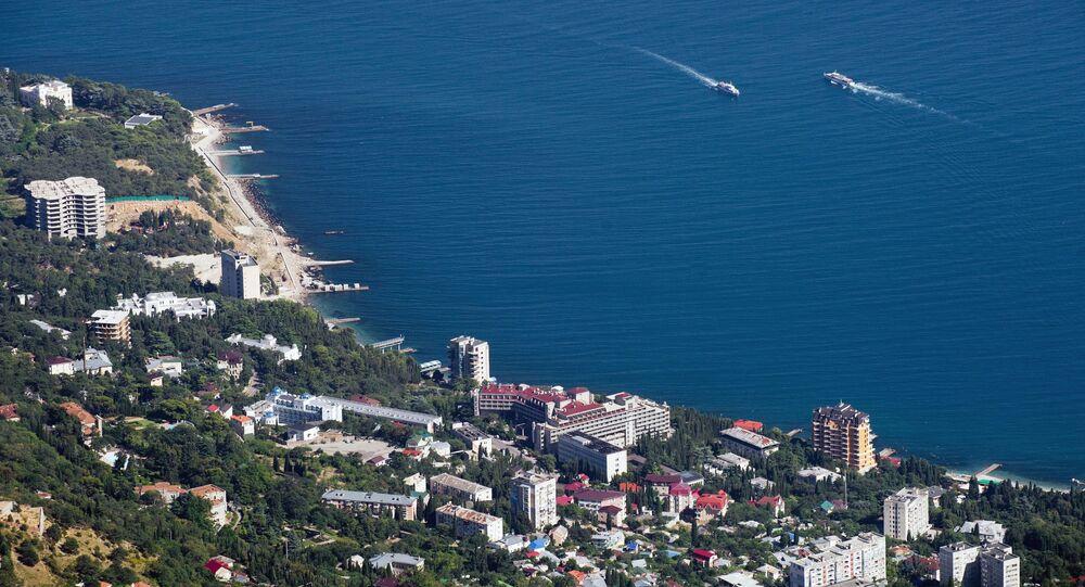 Kırım Yarımadası'ndaki Ay Petri Zirvesi'nden Karadeniz sahili ve Mishor kasabası manzarası.