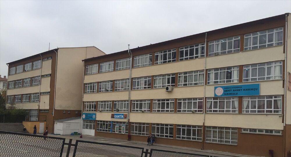 Ankara'da bir okulda rahatsızlanan 7 yaşındaki ilkokul öğrencisi yaşamını yitirdi.
