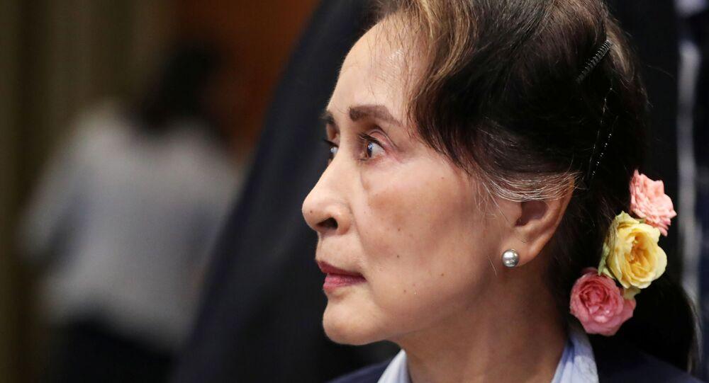 Arakan'daki şiddet dalgasından beri kendisine layık görülen pek çok ödül geri alınan Aung San Suu Kyi, ICJ'de savunma yaparken, dışarıda büyük bir kalabalığın destek gösterisine mazhar oldu.