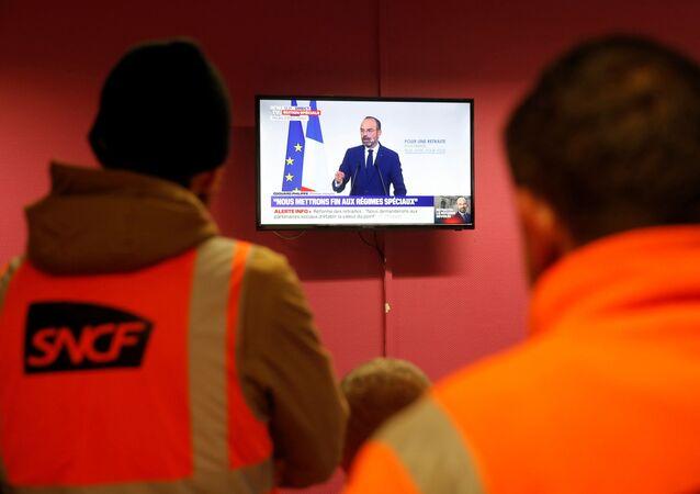 Fransa'da grevdeki demiryolları işçileri, Başbakan Edouard Philippe'in emeklilik reformu açıklamasını izlerken