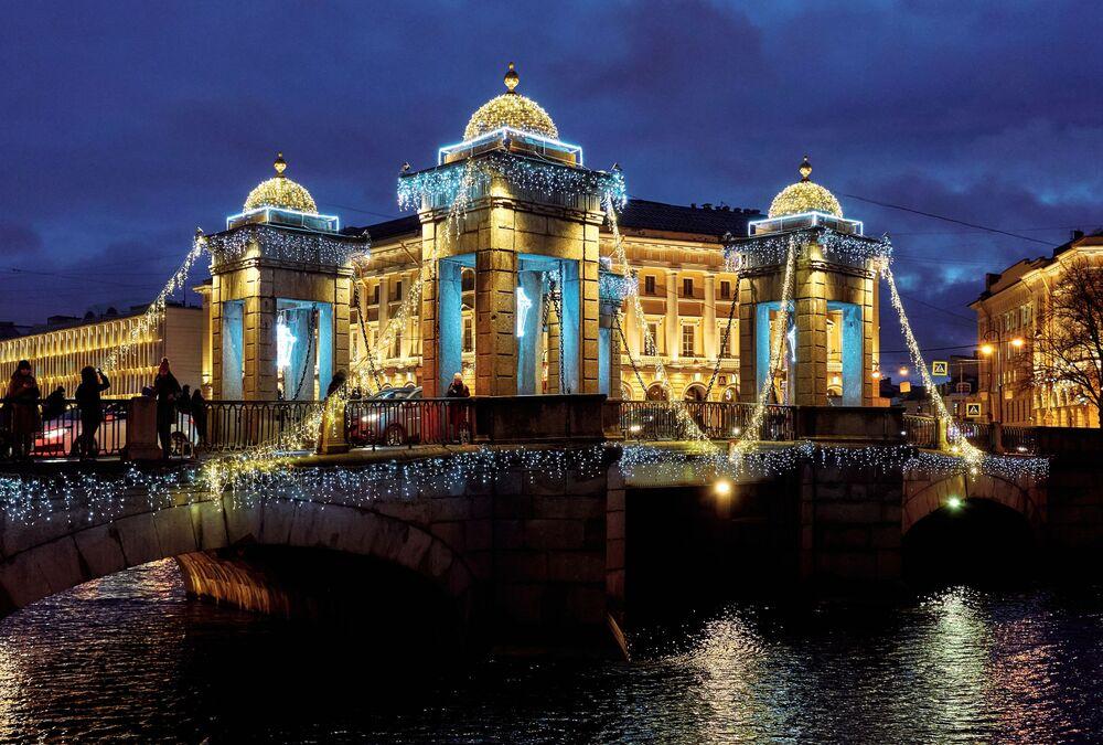 Lomonosov Köprüsü'nün yılbaşı süsleri.