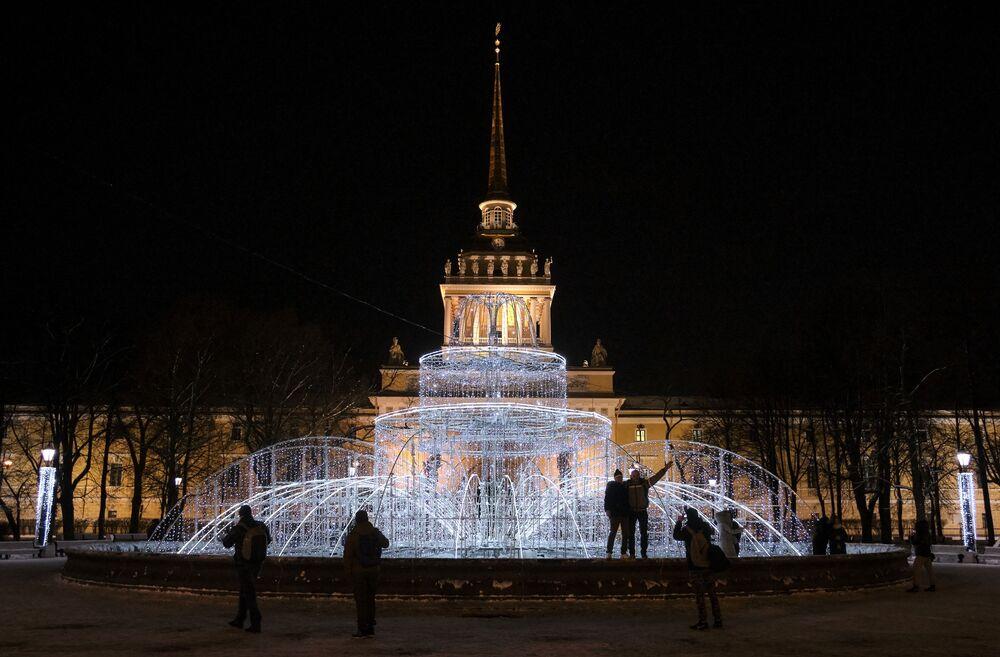 Aleksandrovskiy Parkı'nda kurulan ışıklı şelale.