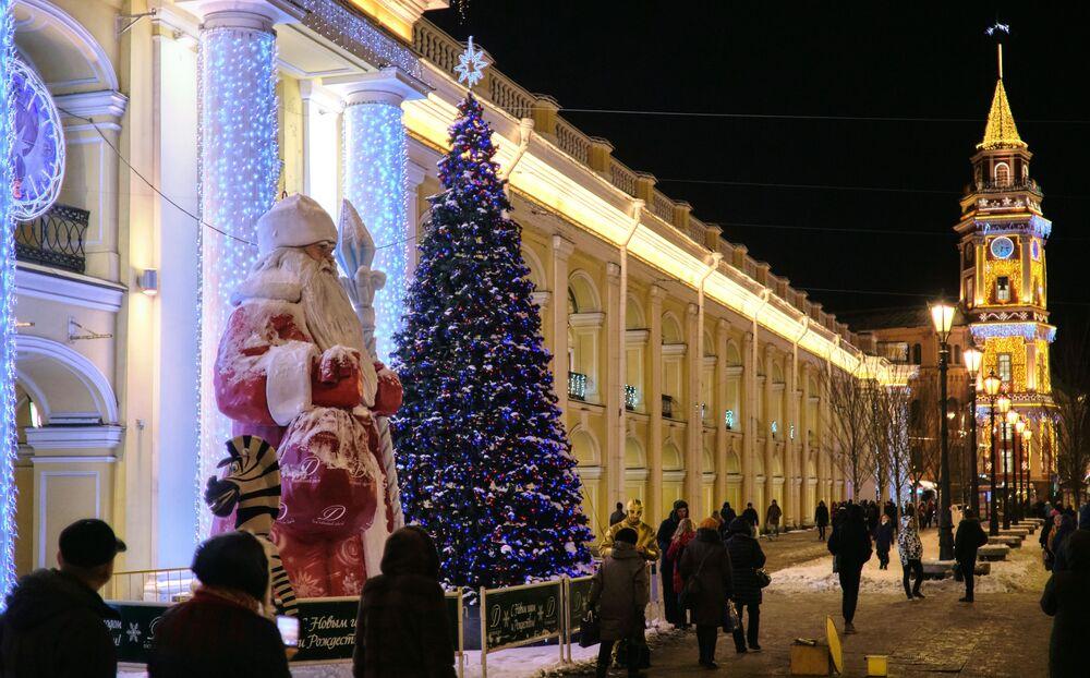 St. Petersburg'daki Gostiniy Dvor AVM girişinde bulunan Noel Baba heykeli ile yılbaşı  çam ağacı.