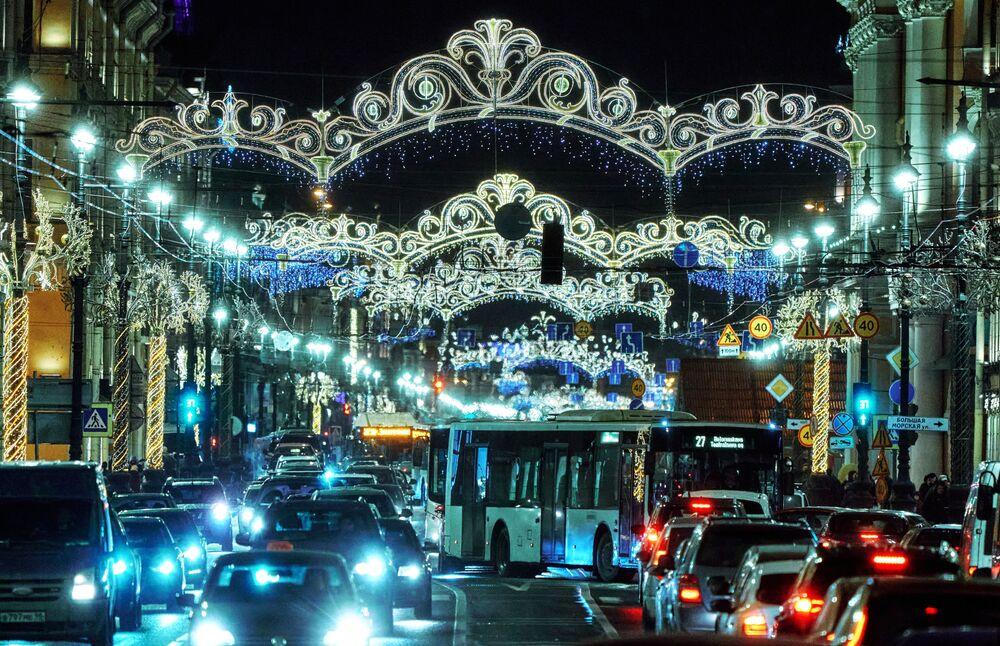 Renkli ışıklı süslerle kış masalından fırlamış gibi görünen Nevskiy Caddesi.