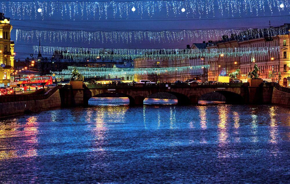 St. Petersburg'daki Aniçkov Köprüsü'nün ışıklı  yılbaşı süsleri.