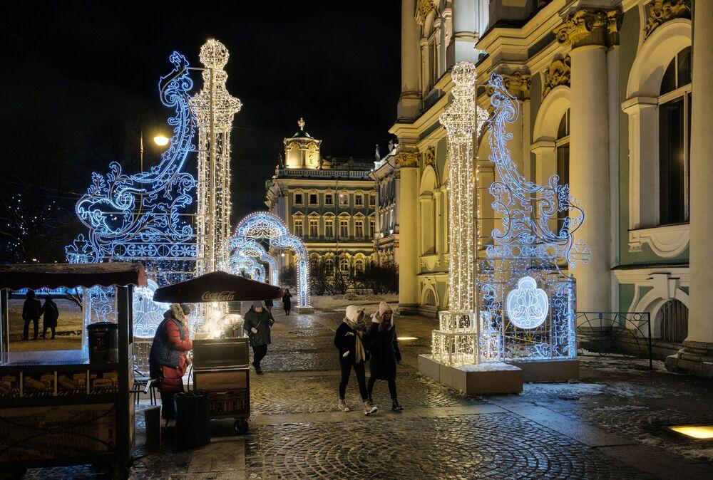 Ermitaj Müzesi'nin bulunduğu Saray Meydanı, yılbaşı süslemeleri ve ışıklarıyla renklendirildi.