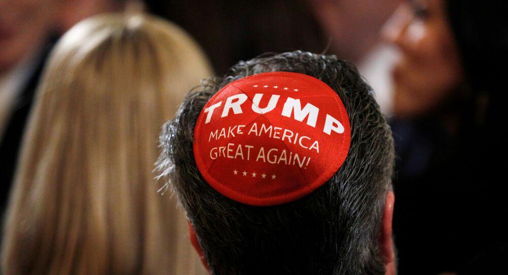 Yahudi dini bayramı Hanukah için Beyaz Saray'da düzenlenen kutlamada bir katılımcı, 'Trump' yazılı kipasıyla