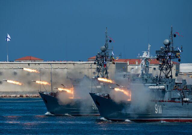 Yeni gemilerin hizmete sokulduğu donanmada eski gemiler de modernize ediliyor. Rus donanması bir uçak gemisi,  beş kruvazör, 13 destroyer ve 52 denizaltıdan oluşan 79 büyük gemiye sahip.