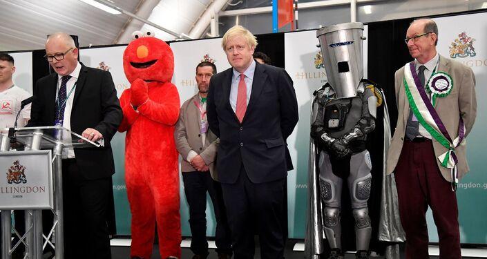 Uxbridge ve Güney Ruislip'de kazanan Muhafazakar Parti'den Başbakan Boris Johnson, Susam Sokağı karakteri Elmo'nun kıyafeti giyen bağımsız aday Bobby Smith, bağımsız aday Count Binface, Yeşiller Partisi adayı Mark Keir, Bağımsız aday William Tobin'le birlikte sonra Uxbridge'deki genel sayım merkezinde