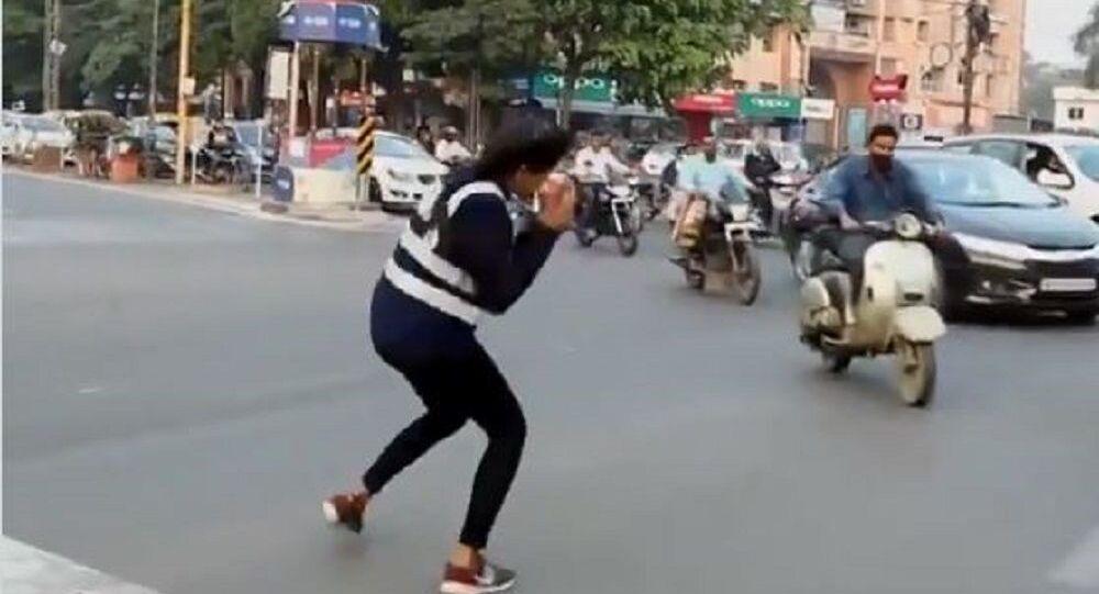 Hindistan'da trafikte dans eden genç kız