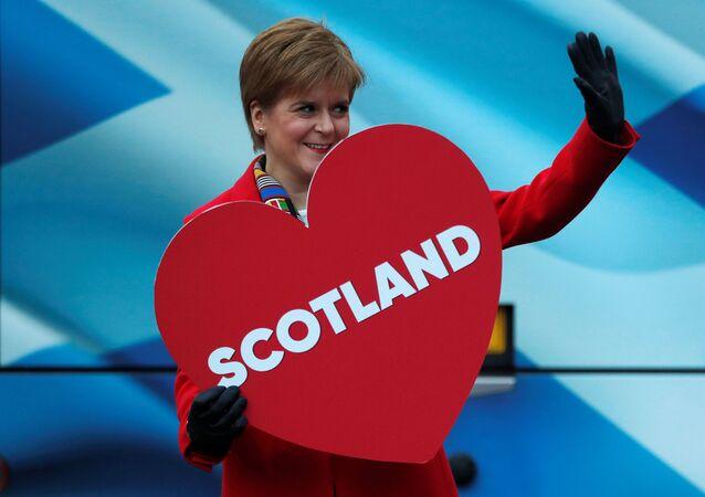 İskoçya Başbakanı, SNP lideri Nicola Sturgeon, Edinburgh'daki bir kampanya etkinliğinde elinde 'İskoçya' yazılı kalp maketiyle