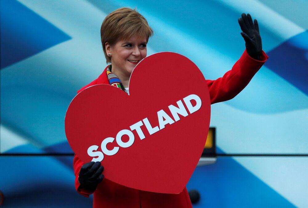 Hem İskoçya Bölgesel Yönetimi Başbakanı hem İskoç Ulusal Partisi (SNP) lideri Nicola Sturgeon 57. Oldu. Sturgeon, tarihe iki makamda aynı anda bulunan ilk kadın.