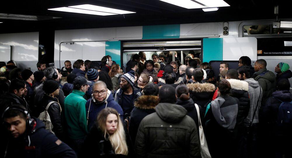 Paris'te grev nedeniyle metro hatlarının büyük bölümü durdu, izdiham oluştu