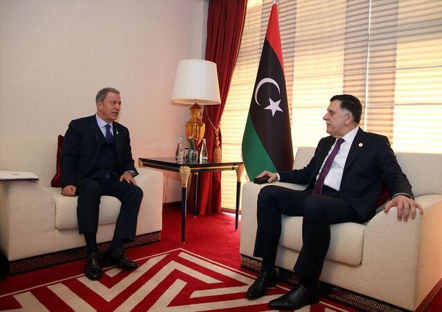 Milli Savunma Bakanı Hulusi Akar (sol 2), 19. Doha Forumu'na katılmak üzere geldiği Katar'ın başkenti Doha'da Libya Ulusal Mutabakat Hükümeti (UMH) Başkanlık Konseyi Başkanı Fayiz es-Serrac (sağ 2) ile görüştü. Programda Genelkurmay Başkanı Orgeneral Yaşar Güler (solda) de yer aldı.