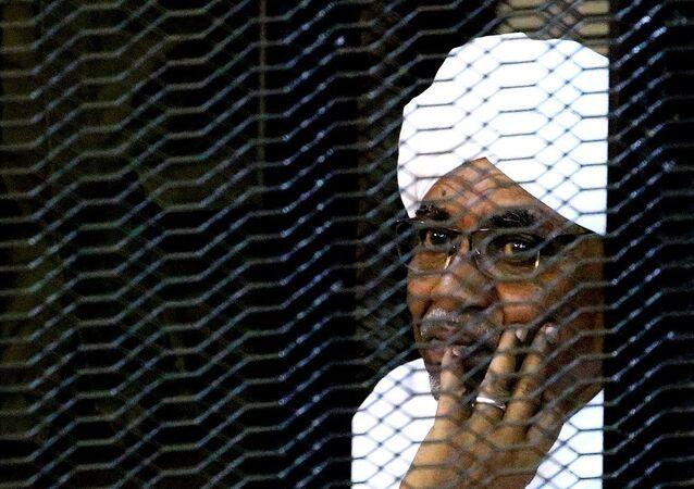 Sudan'ın devrik lideri  El Beşir'e iki yıl hapis cezası