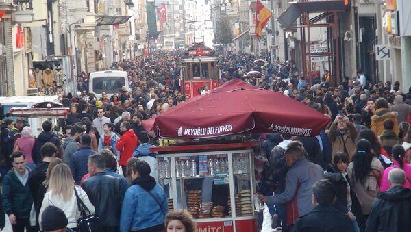Kent genelinde hava sıcaklığının 20 derecelere gelmesiyle birlikte Beyoğlu İstiklal Caddesi insan seline uğradı - Sputnik Türkiye