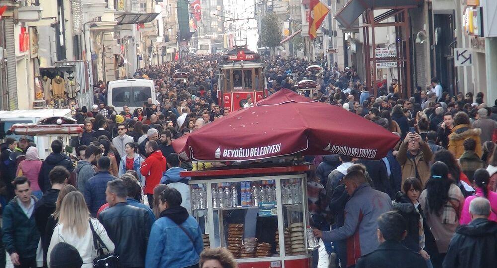 Kent genelinde hava sıcaklığının 20 derecelere gelmesiyle birlikte Beyoğlu İstiklal Caddesi insan seline uğradı