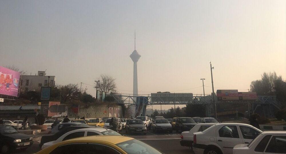 İran'ın başkenti Tahran'da hava kirliliği gündelik yaşamı olumsuz yönde etkiliyor. Hava kirliliği nedeniyle yarın ilk ve orta dereceli okullarda eğitime ara verildi. Hava kirliliğine bağlı olarak oluşan sis tabakası, başkentteki görüş mesafesini de etkiledi.