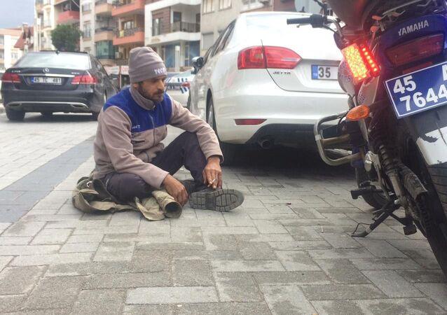 Turgutlu'da trafik polislerinin çevirmesi sonucu trafik cezası yiyen bir vatandaş yolda oturma eylemi yaptı. Uzun uğraşlar sonunda polis ekipleri şahsı ikna etti ve karakola götürdü.
