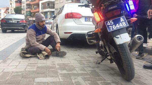 Turgutlu'da trafik polislerinin çevirmesi sonucu trafik cezası yiyen bir vatandaş yolda oturma eylemi yaptı - Sputnik Türkiye
