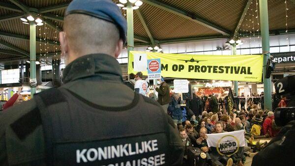 Hollanda'da iklim protestocuları havaalanını işgal etti: 26 gözaltı - Sputnik Türkiye