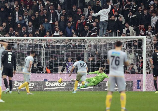 Beşiktaş evinde Malatyaspor'un biri penaltıdan iki golüne engel olamadı.
