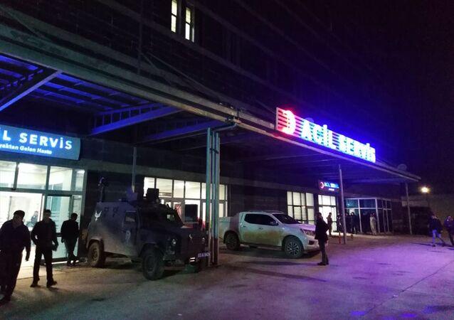 Şanlıurfa'nın Suruç ilçesinde, akrabalar arasında çıkan silahlı kavgada 2 kişi öldü, 5 kişi yaralandı. 112 Acil Servis ekiplerince Suruç Devlet Hastanesine kaldırılan yaralılardan Yaşar ve Salih Ateş, müdahalelere rağmen kurtarılamadı, diğer yaralıların tedavisi sürüyor.