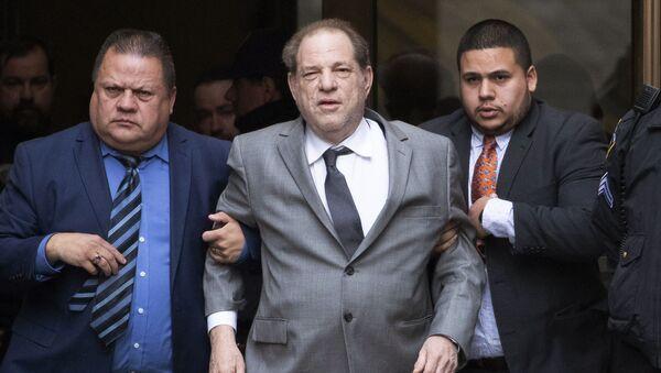 Onlarca kadının tecavüz ve cinsel tacizle suçladığı ABD'li ünlü yapımcı Harvey Weinstein - Sputnik Türkiye