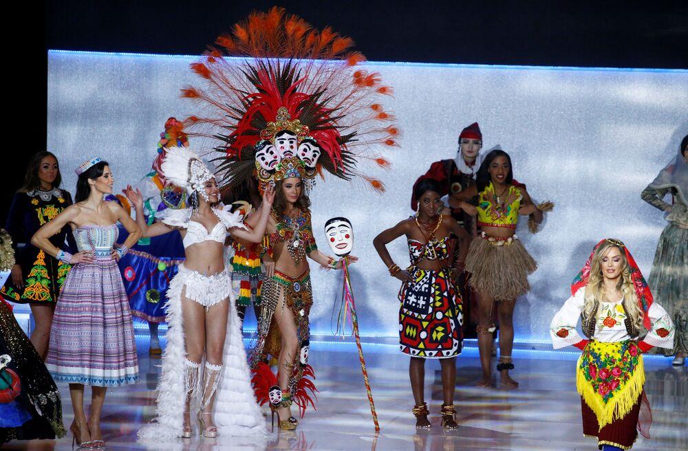 Ulusal kıyafetleriyle sahneye çıkan yarışmacılar