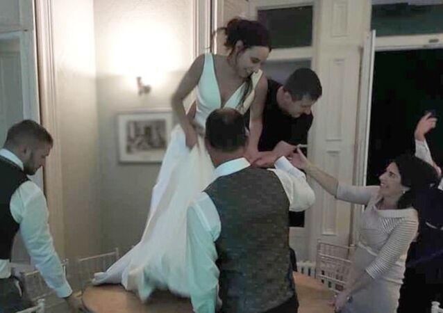 İngiltere'de yeni evli çift, henüz düğün sürerken ayrıldı