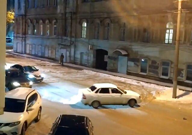 Rusya'da sürücü olmadan kendi etrafında daireler çizen otomobil şaşkınlık yarattı