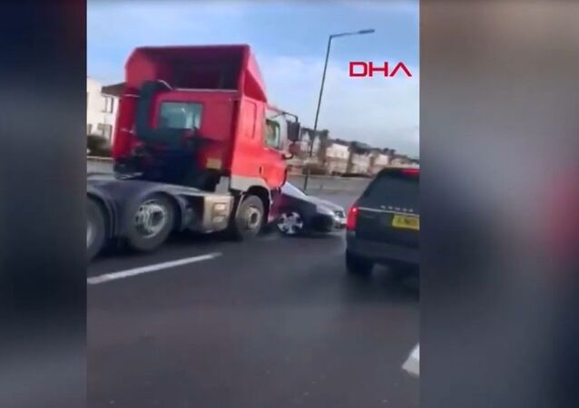 TIR önünde aracı ile sürüklenen adamı ünlü şarkıcı kurtardı