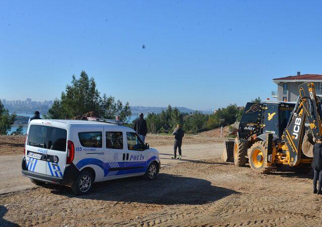 Adana'da iş makinesiyle yol genişletme çalışması sırasında insan iskeleti bulundu.